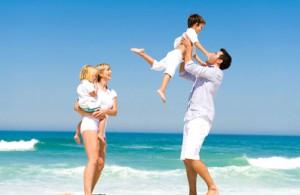 счастливая семья на море