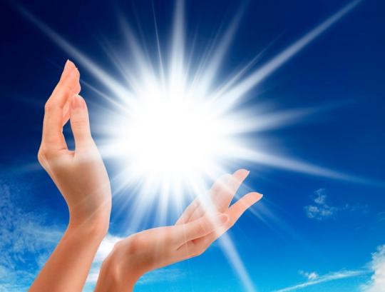светящийся шар руки