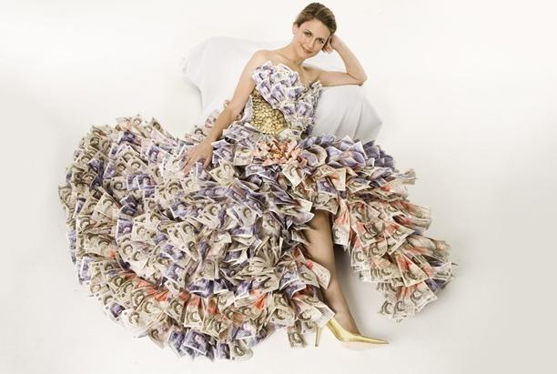 девушка в платье из денег